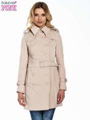 Jasnobeżowy klasyczny płaszcz trencz ze skórzanym obszyciem