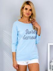 Jasnoniebieska bluzka z haftowanym napisem