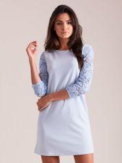Jasnoniebieska sukienka z koronkowymi rękawami