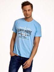Jasnoniebieski t-shirt męski z napisami i kotwicą