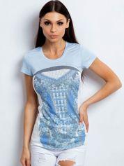 Jasnoniebieski t-shirt z kwiatowym nadrukiem
