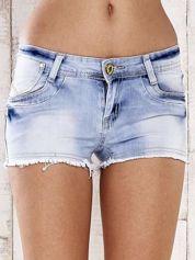 Jasnoniebieskie szorty jeansowe z postrzępionymi nogawkami