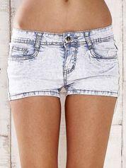 Butik Jasnoniebieskie szorty jeansowe ze srebrnymi dżetami