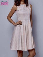 Jasnoróżowa rozkloszowana sukienka w groszki