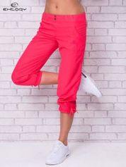Jasnoróżowe spodnie sportowe capri z guzikami
