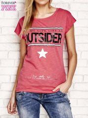 Jasnoróżowy t-shirt z napisem OUTSIDER