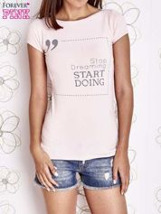 Jasnoróżowy t-shirt z napisem STOP DREAMING START DOING