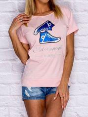 Jasnoróżowy t-shirt z trampkami