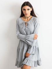 Jasnoszara sukienka z szerokimi rękawami