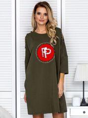 Khaki sukienka damska oversize z perełkami i okrągłą naszywką