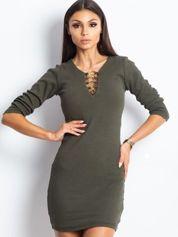 Khaki sukienka z ozdobnymi kółeczkami przy dekolcie