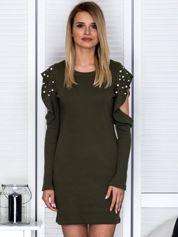 Khaki sukienka z rozcięciami na rękawach i perełkami