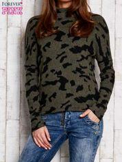 Khaki sweter w malarskie desenie