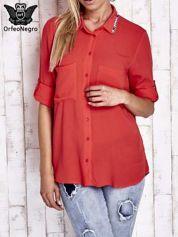 Koralowa koszula z biżuteryjnym kołnierzykiem i kieszonkami