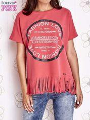 Koralowy t-shirt z nadrukiem i frędzlami