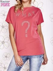 Koralowy t-shirt z napisem i trójkątnym wycięciem na plecach