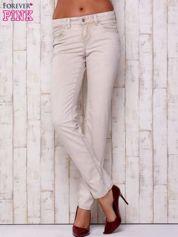 Kremowe proste spodnie ze srebrnymi napami