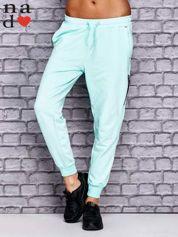 Miętowe spodnie dresowe z zasuwaną kieszonką