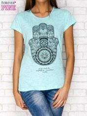 Miętowy t-shirt z orientalnym nadrukiem