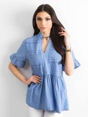 Niebieska ażurowa bluzka z falbanami na rękawach