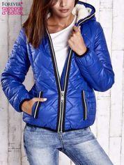 Niebieska pikowana kurtka z futrzaną podszewką