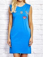 Niebieska sukienka dresowa z naszywkami