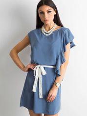 Niebieska sukienka z falbanami i wiązaniem