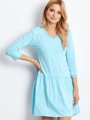 Niebieska sukienka z koronką przy dekolcie