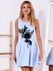 Niebieska sukienka z roślinną aplikacją