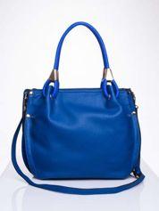 Niebieska torba z ozdobnym uchwytem