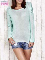 Niebieski błyszczący sweter z koronkowymi wstawkami