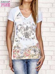Niebieski t-shirt z kwiatowym nadrukiem