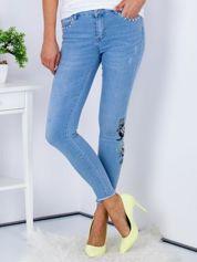 Niebieskie jeansowe rurki z haftem i aplikacją