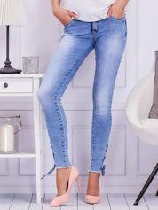 Niebieskie jeansowe rurki ze sznurowanymi nogawkami
