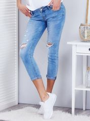 Niebieskie jeansowe spodnie z rozdarciami na kolanach