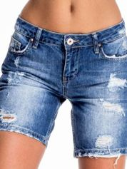Niebieskie jeansowe szorty z dłuższą nogawką i przetarciami