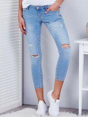 Niebieskie jeansy damskie z rozdarciami