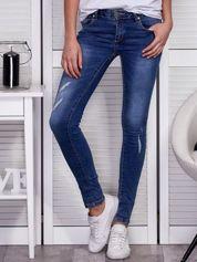 Niebieskie jeansy regular z przetarciami