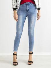 Niebieskie jeansy rurki high waist z dziurami