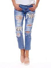 Niebieskie jeansy z dziurami i kwiatowym haftem
