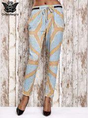 Niebieskie lejące spodnie z artystycznym nadrukiem