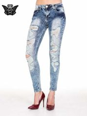 Niebieskie rurki jeansowe marmurki z fantazyjnymi rozdarciami