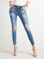 Niebieskie rurki jeansowe z dziurami