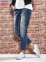 Niebieskie spodnie girlfriend jeans z kryształakami