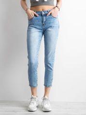 Niebieskie spodnie mom jeans z aplikacją
