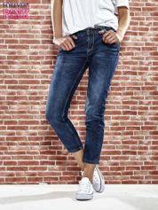 Niebieskie spodnie regular jeans z plecionym paskiem