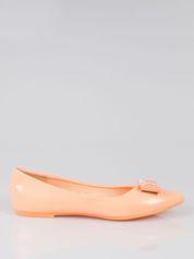 Pastelowopomarańczowe lakierowane baleriny z błyszczącą kokardą