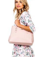Różowa torba w miejskim stylu