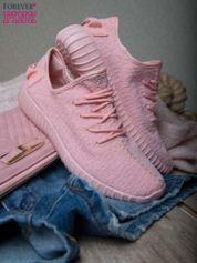 Różowe adidasy z tkaniny z uchwytem z tyłu