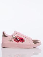 Różowe trampki z ozdobną naszywką w kształcie ust i gwiazdek oraz lustrzanozłotym przodem buta